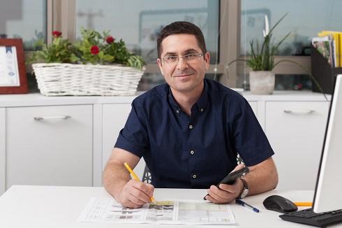 תמונה של אלון מנהל תחום התחדשות עירונית במשרדו