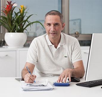 """תמונה של דוד סמנכ""""ל הכספים של אפגד במשרדו"""