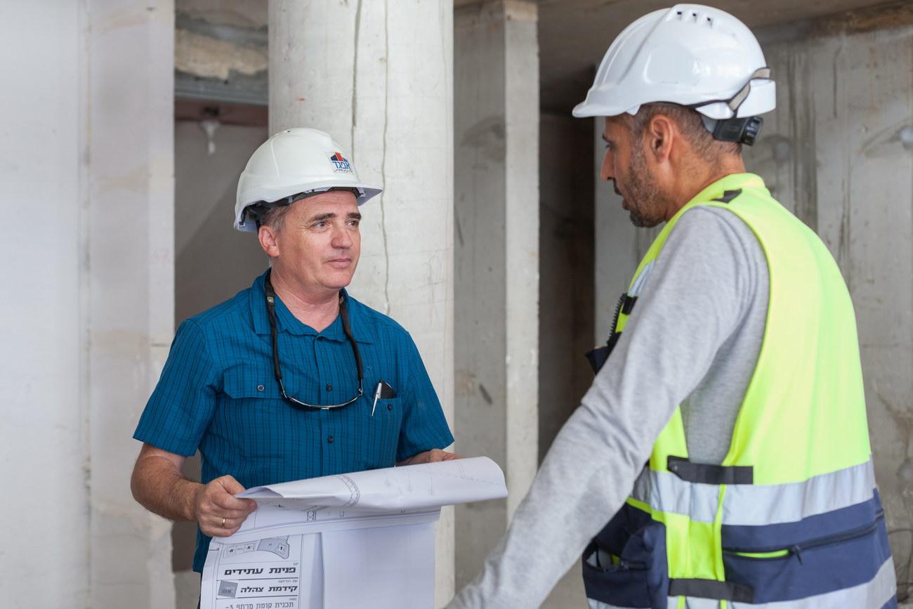 תמונה של מהנדס החברה ומנהל עבודה באתר